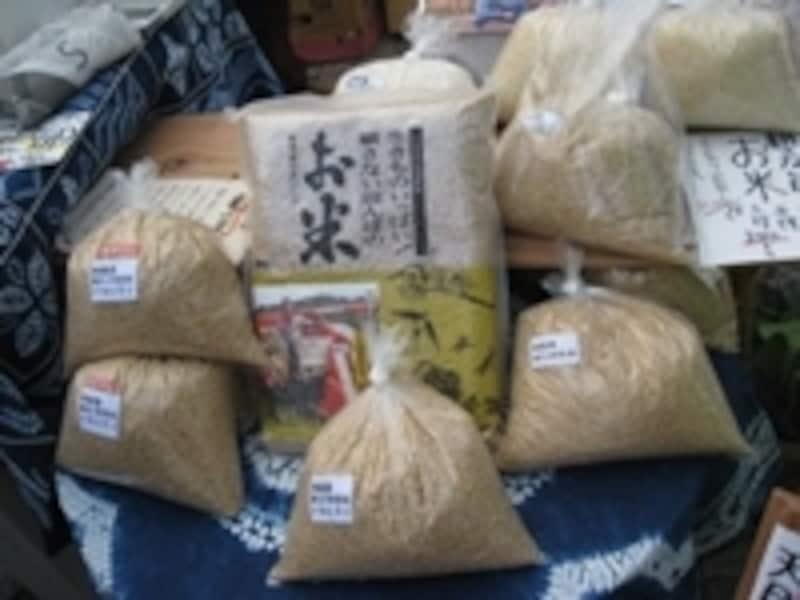 耕さない田んぼで生まれた自然村たなごころのお米。耕さないでどうやって作るの?と思ったら、アースデイマーケットに足を運んで直接聞いてみましょう!
