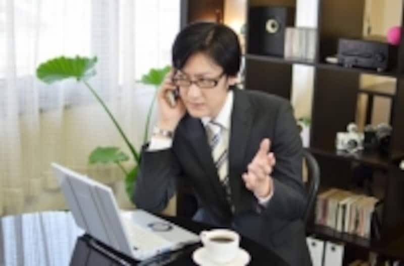 文字化けの対処方法を電話で確認する男性