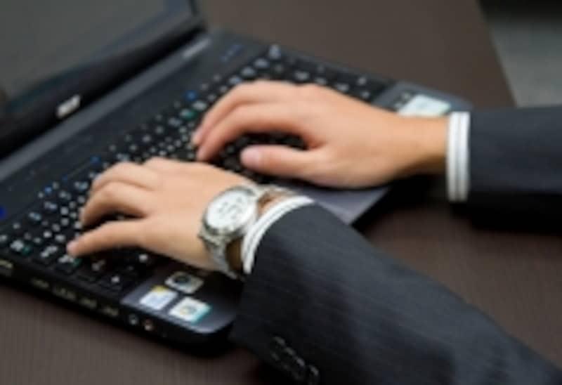 パソコンを使うビジネスマン