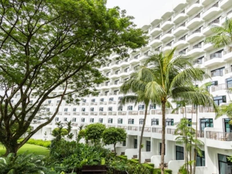 典型的な大型リゾートホテル建築。454室全てにバルコニーが付いている