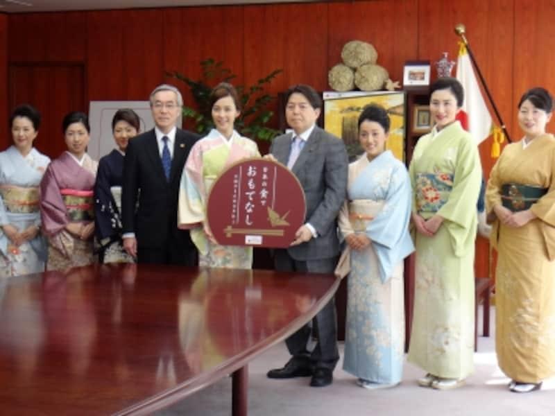 農林水産大臣を、「日本の食でおもてなし」事業のイメージキャラクター・木村佳乃さんとパートナーモデル旅館の女将が表敬訪問