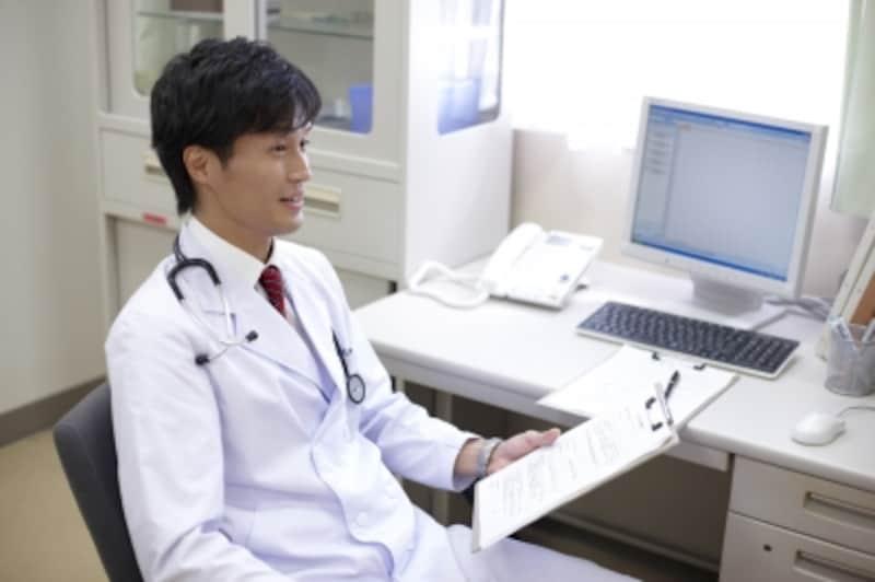 診察する男性医師