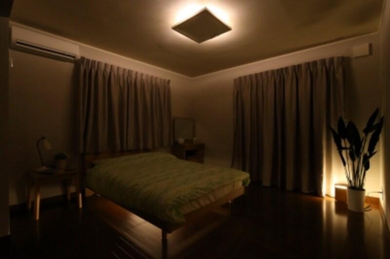ベッドの下にLEDのスタンドを置いた例