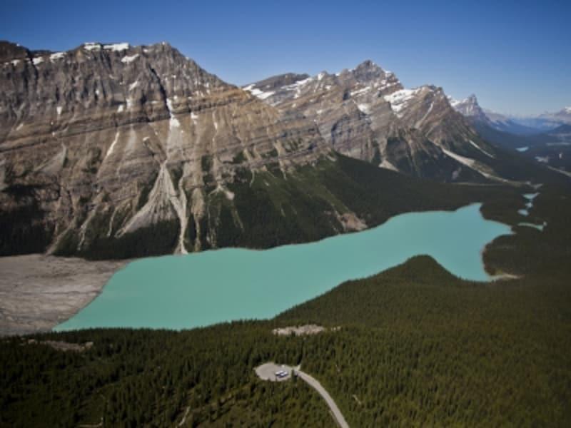 湖水の色が印象的なペイトーレイクは、カナディアンロッキーを代表する湖の一つ(C)BanffLakeLouiseTourism/PaulZizka