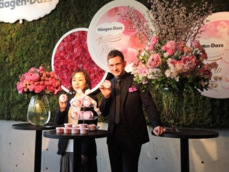 ニコライ・バーグマン氏とハーゲンダッツ・ジャパンマーケティング本部の坂東佳子さん。サクラとバラのアレンジと共に