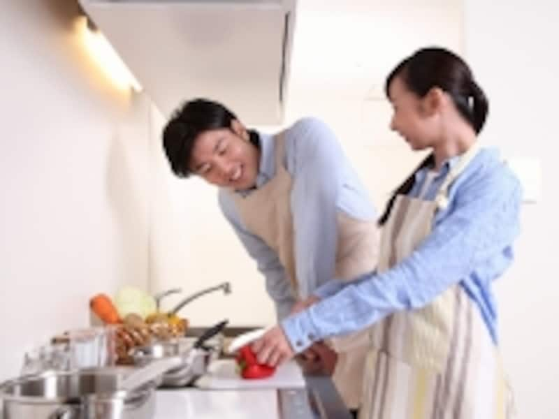 いっしょに料理するカップル