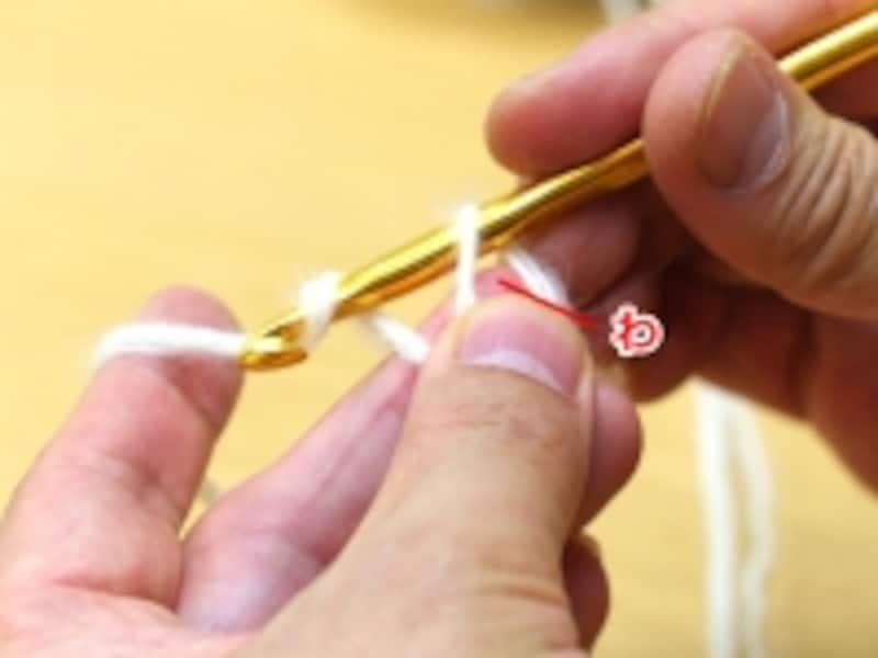 作り目に1段目を編み入れる