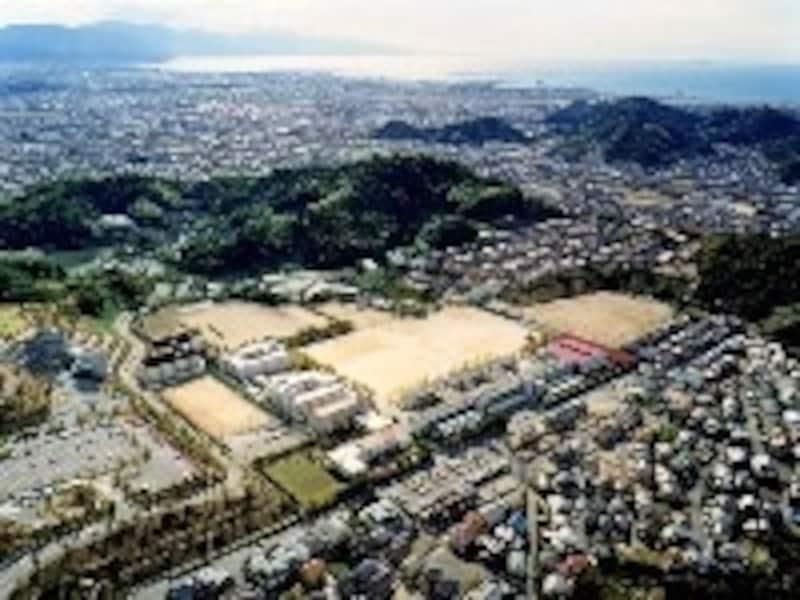 愛媛の松山にある愛光学園。松山総合公園や松山城を臨むことができる
