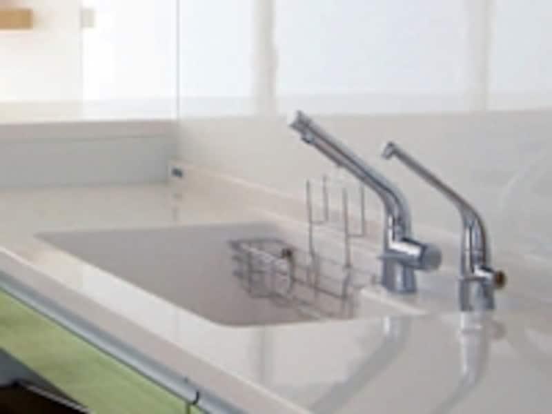 軽く触れるだけで水が出るエアインシャワー水栓(TOTO)