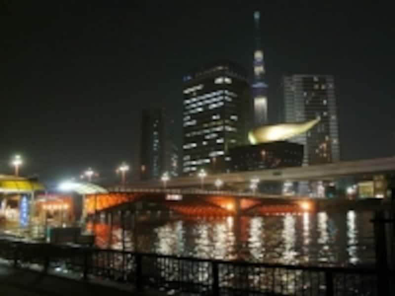 吾妻橋のライトアップとその先に見える東京スカイツリー(台東区側より撮影)