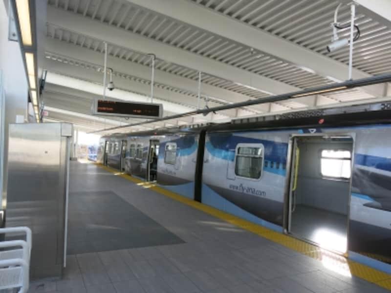 スカイトレインの駅はターミナルビルの正面にあり、連絡通路で直結