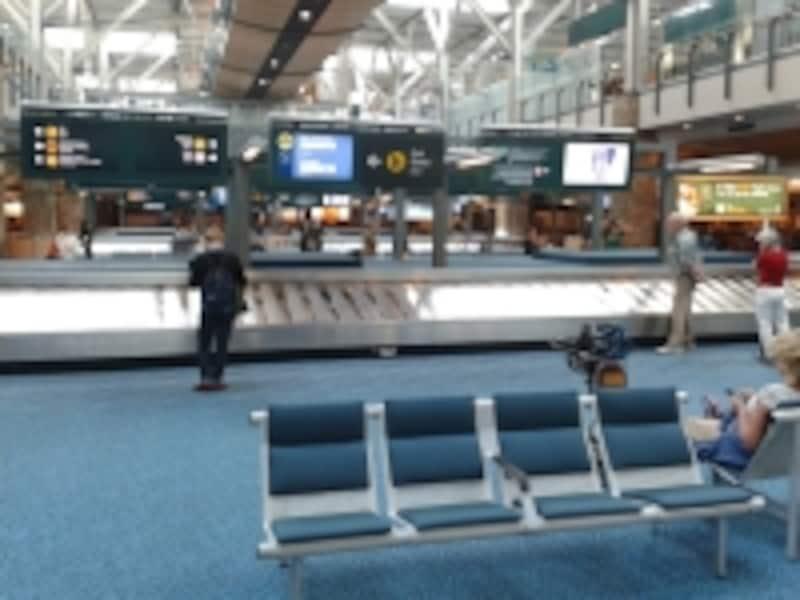 日本からのフライトでは、荷物のターンテーブルの場所について、通常日本語でのアナウンスあり