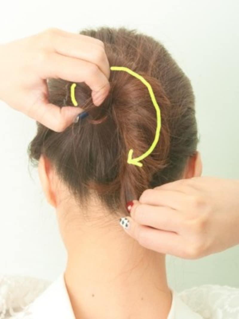 頭に沿うように巻きつける3.結んだゴムの部分を中心に時計回りに巻きつけます。