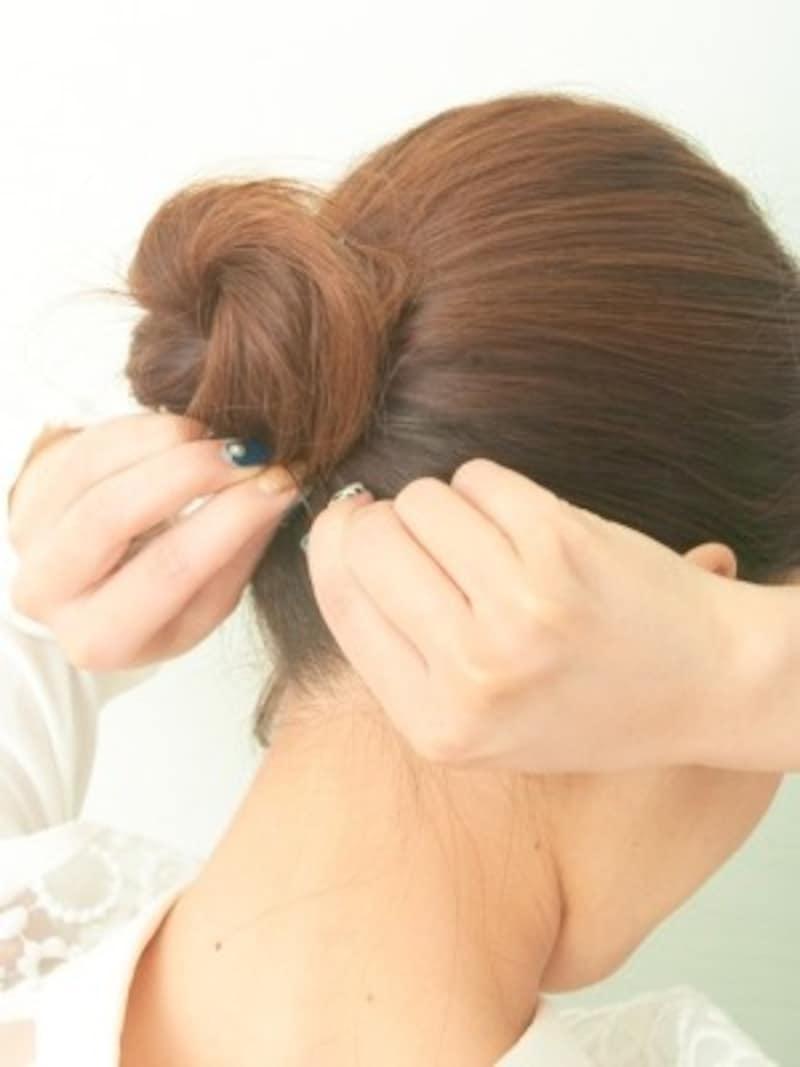 シニヨン部分と地肌の毛束をしっかりからませる