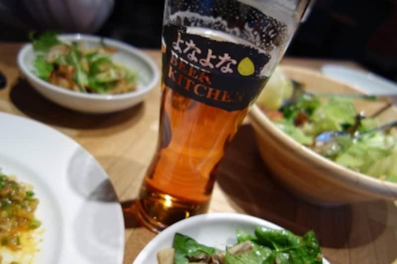 よなよなビアキッチンでは樽生のビールと美味しい料理がいただけます。