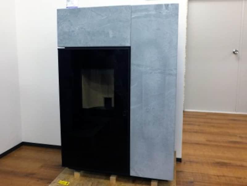 オーストリアRIKA(ライカ)社のペレットストーブ「TOPO」。ボディは天然石、本体価格70万円台