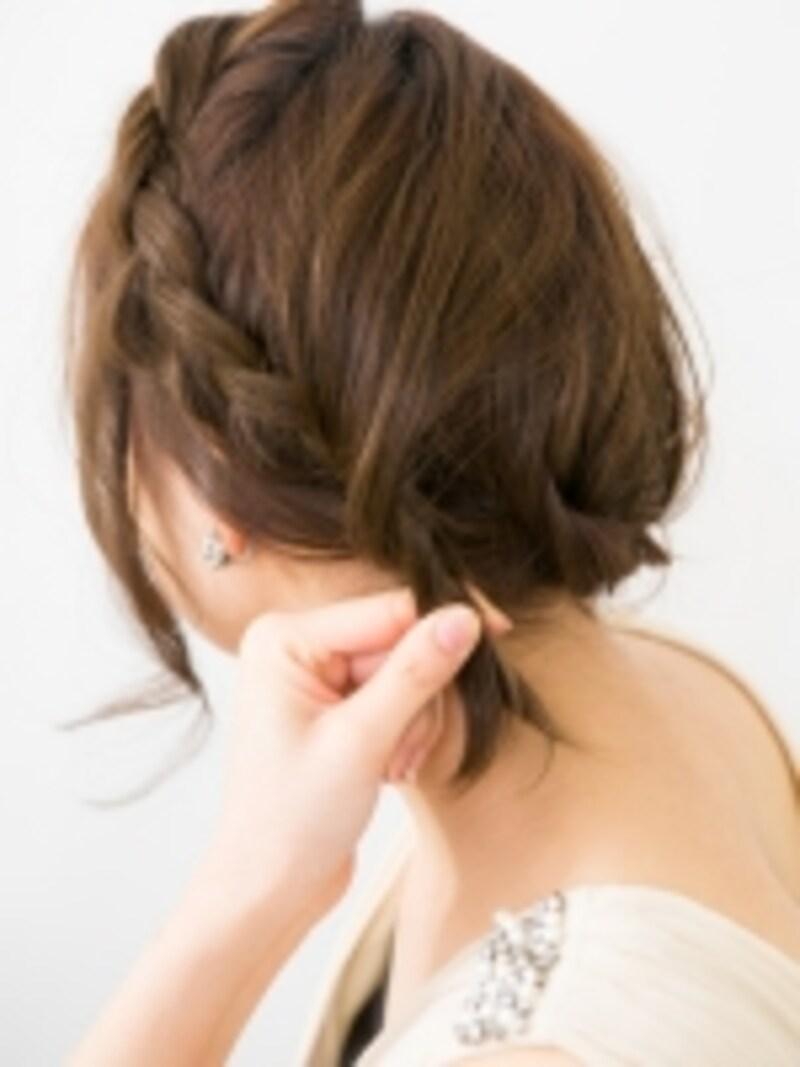 上の髪をまとめる
