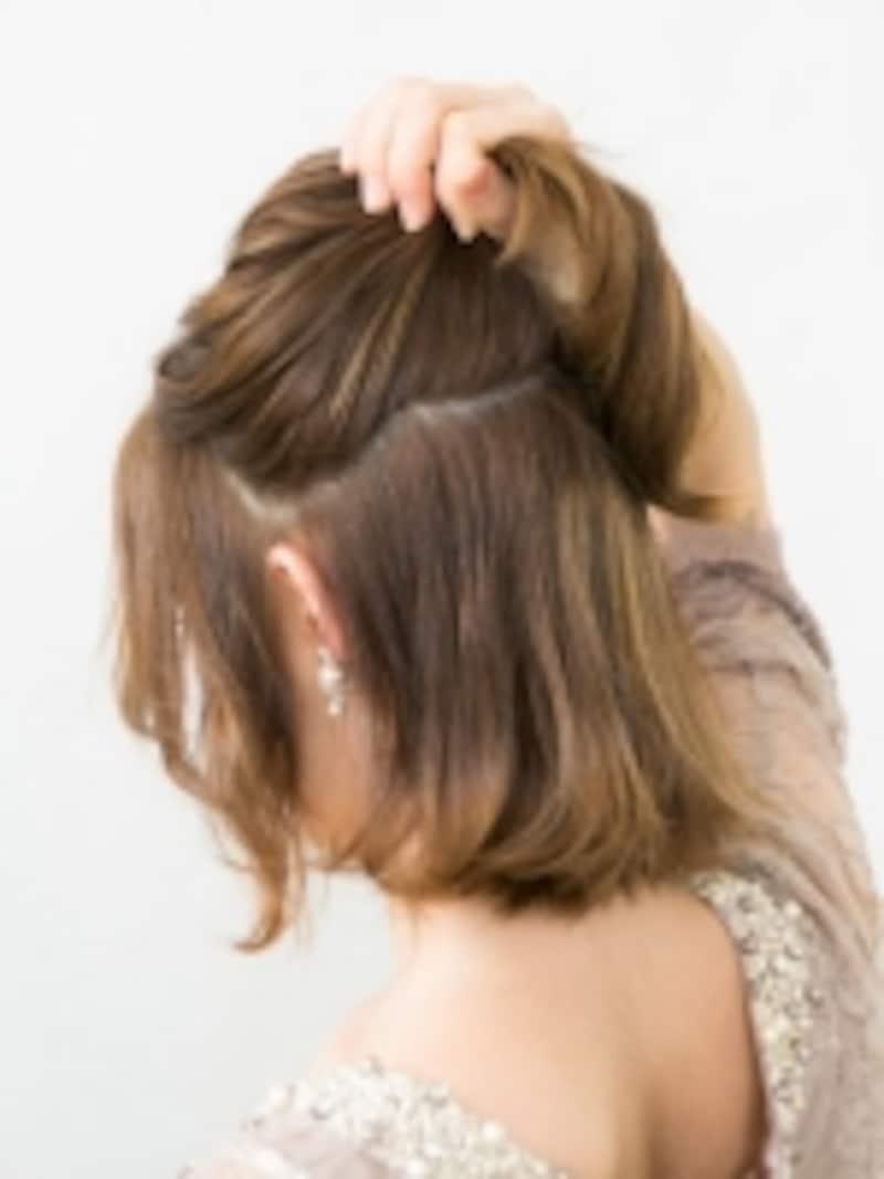 耳上の髪を取る