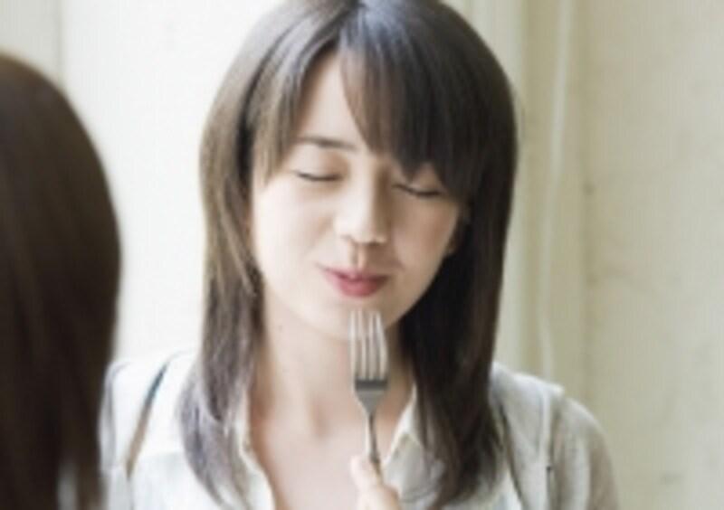 ハンバーグを食べる女性