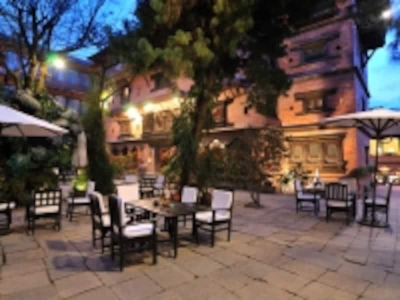 中庭のカフェでお茶を楽しむのも一興
