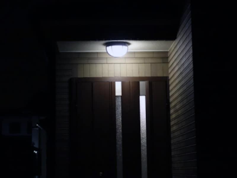 白色の玄関灯