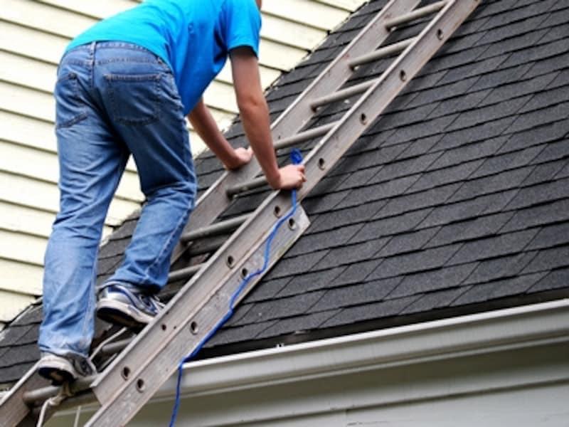 「我が家に必要なリフォームがわかる簡単チェックリスト‐建物編」では、我が家の状態を目視で確認。ただし自分で屋根に上るなど危険なことはNG。高所は専門業者に任せて。