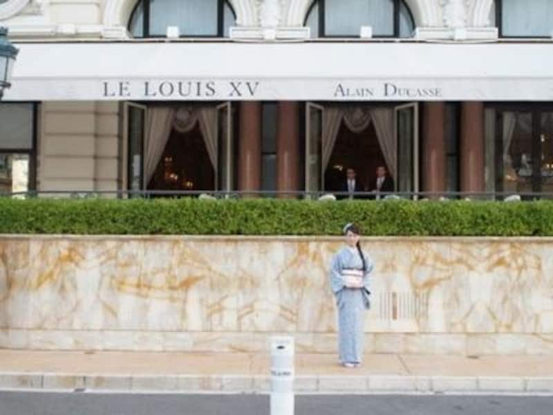 ひときわ華やかなオーラを放つ「L'HoteldeParis」前にて