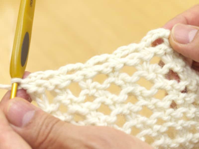 端まで編んで、糸を処理する