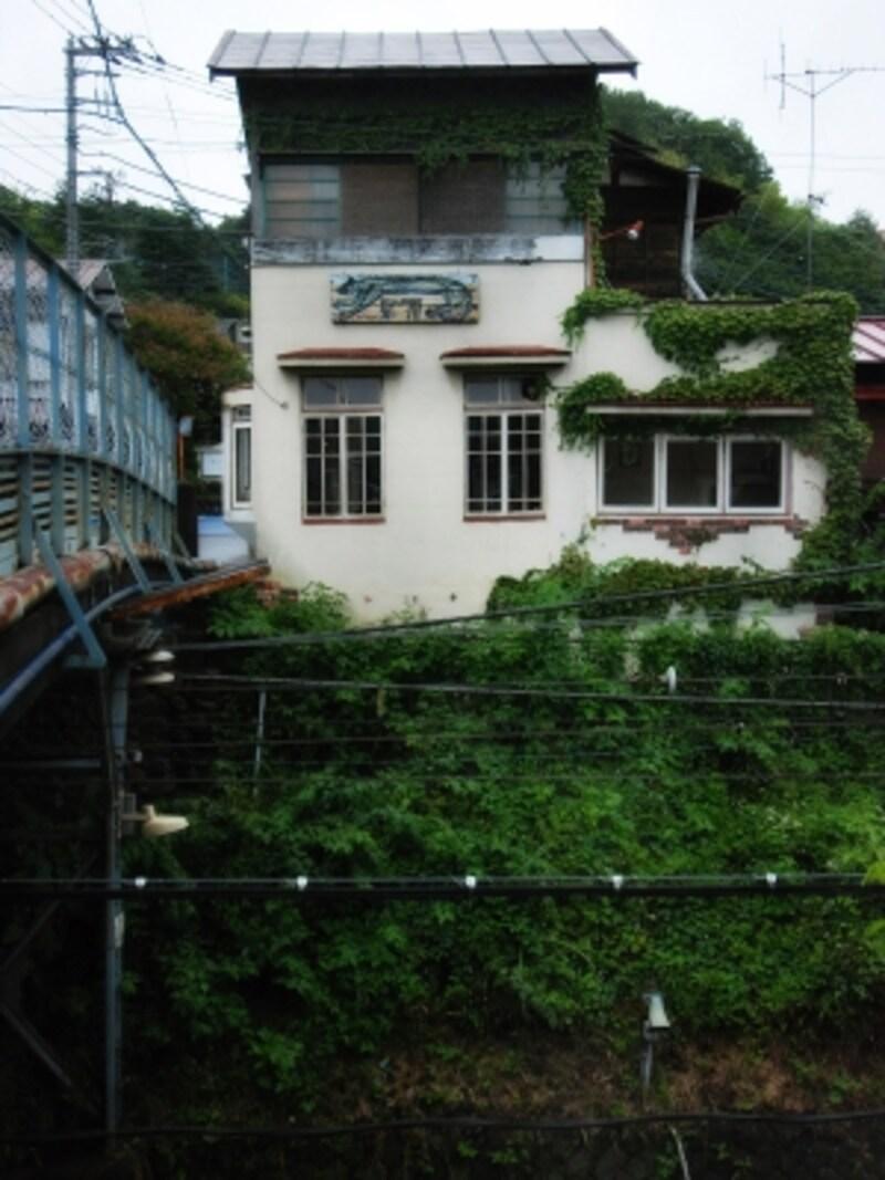 「夏への扉」は線路を見下ろす一軒家