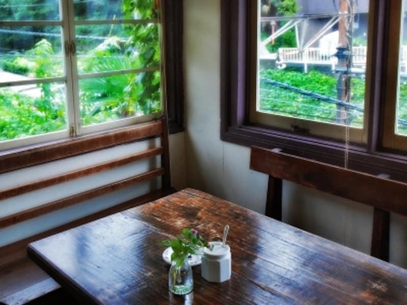 緑に包まれた窓枠や金具にも、昭和の面影