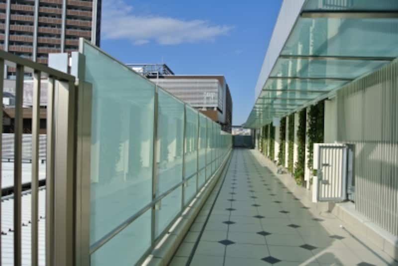 パークシティ武蔵小杉グランドウイングタワーは、専用デッキで隣接する商業施設「ららテラス」に直結