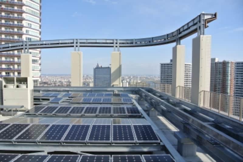 屋上に設置された太陽光パネル