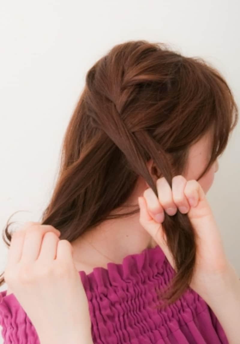 分け取った髪をゆるめに編み込む