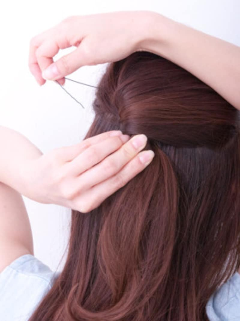 頭皮に対して平行にピンをさすようにするのがポイント