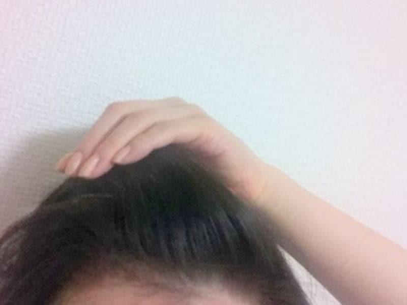 手で前髪をふんわり持ち上げて内側からスプレー