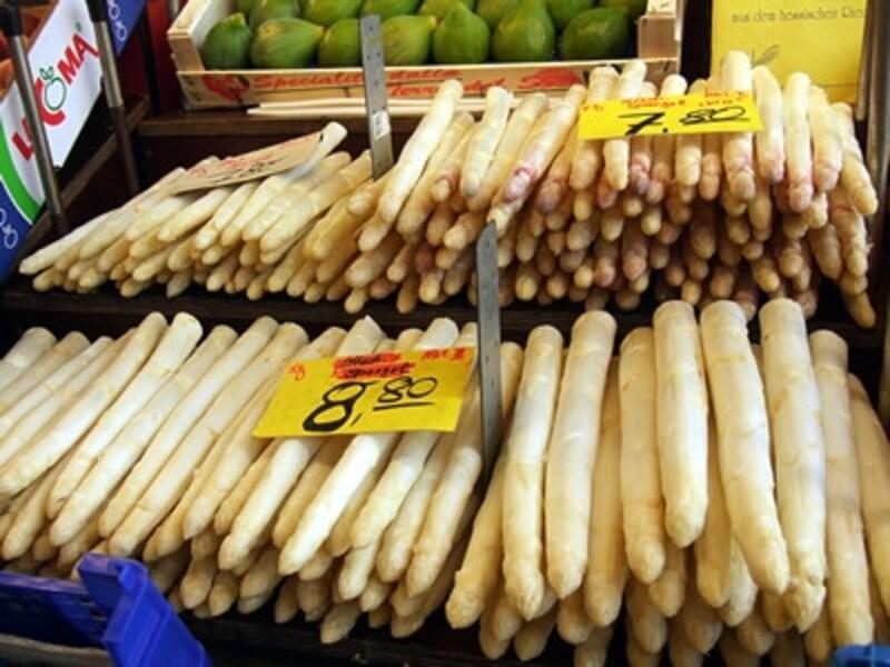 ドイツの市場に並ぶホワイトアスパラガス。見た目や色、太さなどで値段も変わり、1キロあたり2ユーロ前後から10ユーロ近いものまでさまざま