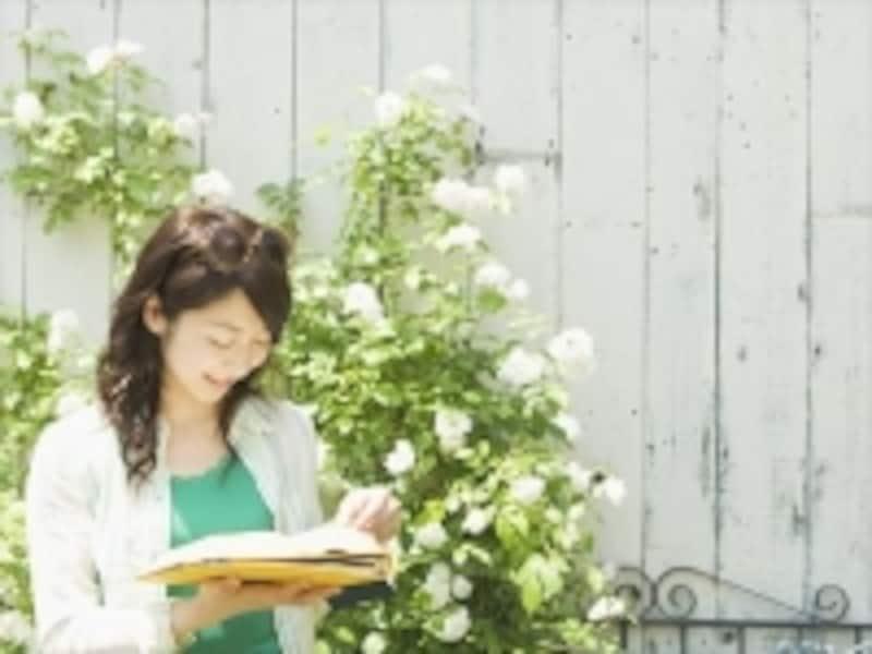花の前で笑顔の女性
