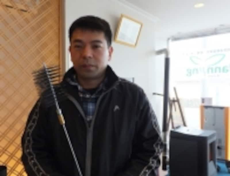 お話を伺ったアールイープランニングの竹田氏。手に持っているのはメンテナンス用のブラシ