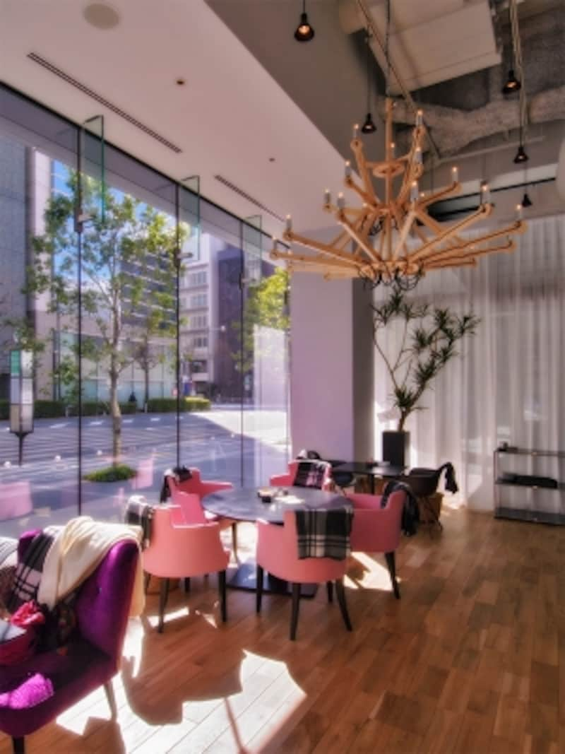 5メートルの高さをもつ天井で輝くのは、廃材を利用した木製シャンデリア。