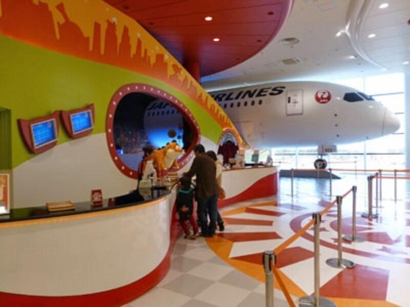 昨年12月に千葉・海浜幕張エリアにオープンした、日本最大級の大型ショッピングモール「イオンモール幕張新都心」。そのファミリーモールにできた注目のスポット、お仕事体験テーマパーク「カンドゥー」の見どころと魅力をご紹介します!!