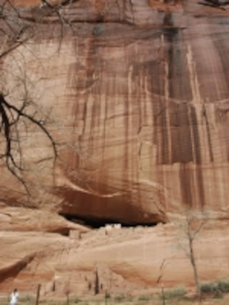 岩の間に作られた遺跡