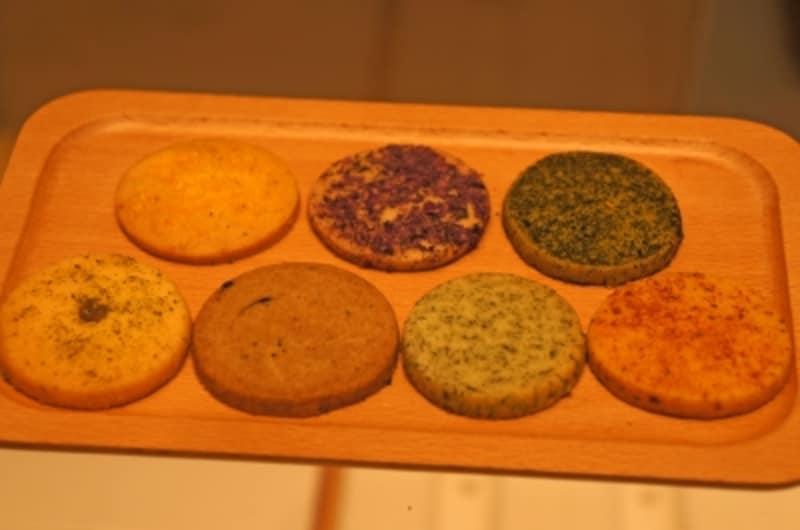(手前左から)山椒、大徳寺納豆、青のり、トマト、(後ろ左から)たくあん、柴漬け、煎茶
