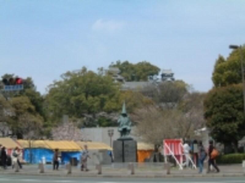 熊本城をバックにした清正公の像