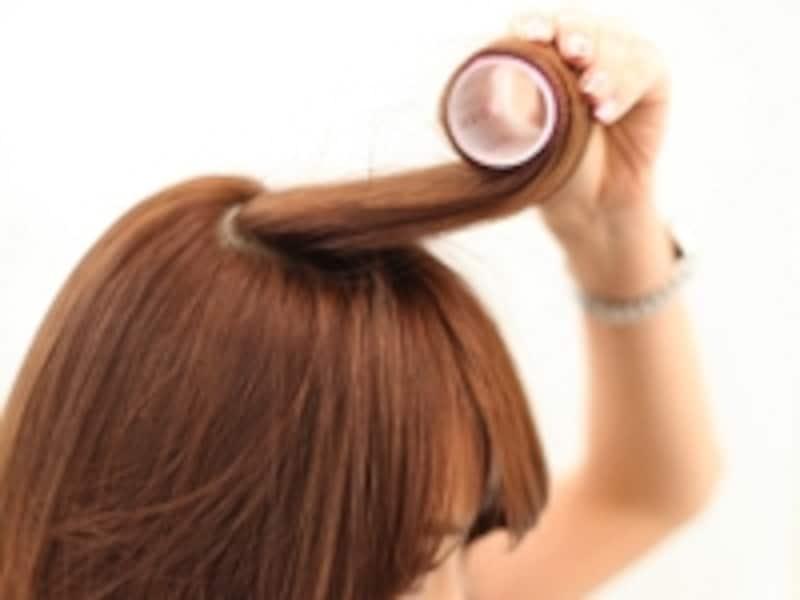 ブラシで巻いた髪を、もう一度マジックカーラーで巻くとキープ力がUP