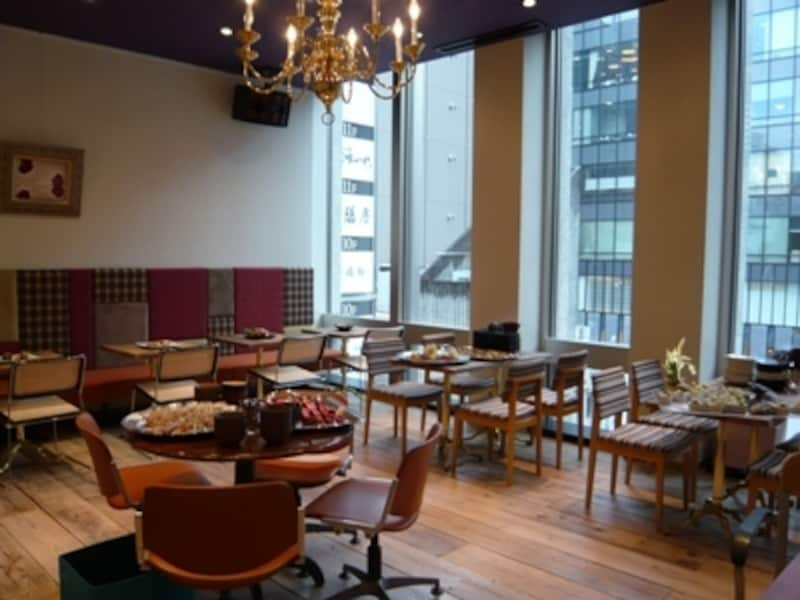 色々なタイプのイス、テーブルがセンス良く並べられた『SUZUCAFE』。個室もあります