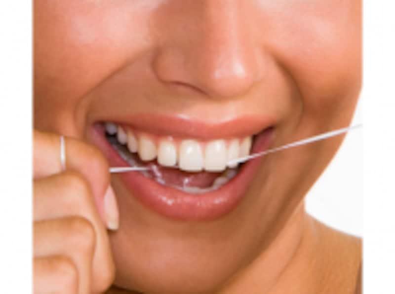 デンタルフロスで歯のすき間をケア