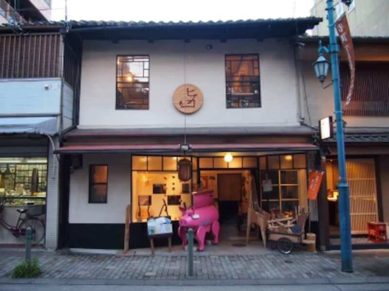 京都ペレット町家ヒノコの店頭。ピンクのブタさん型BBQグリルが目印*