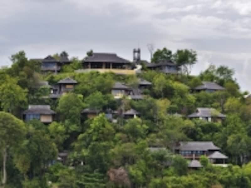 ジャングルに覆われた島の傾斜を利用して建設されたリゾート