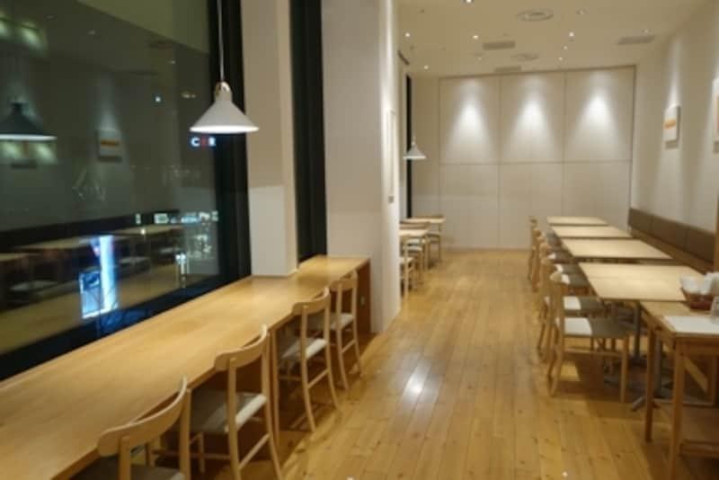 広々としたカフェスペース。窓際は桜の季節の特等席。