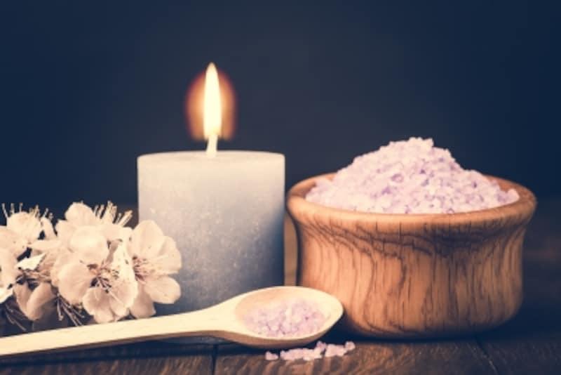 浴室内にアロマキャンドルをともすと、ロマンチックな雰囲気に